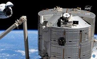Cette capture d'écran tirée du flux en direct de la NASA montre le vaisseau spatial Crew Dragon de SpaceX à 20 mètres de l'accès d'amarrage de la Station spatiale internationale le 24 avril.