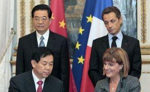 Le président de Chine Hu Jintao a débuté jeudi une visite de trois jours en grande pompe en France par la signature attendue de plus de dix milliards d'euros de contrats au profit d'Airbus et Areva notamment, signe de la nouvelle lune de miel amorcée entre les deux pays.