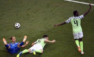 Les Nigérians Onyinye Ndidi et Leon Balogun face à l'Islandais Rurik Gislason