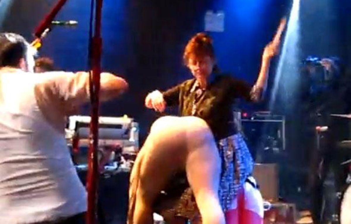 Capture d'écran de la vidéo montrant l'actrice Susan Sarandon en train de fesser un homme déguisé en cochon. – DR