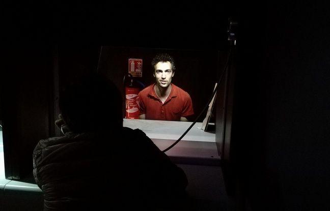 Le visiteur se retrouve au parloir face à un détenu au cours de l'exposition