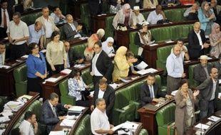 Le débat sur le projet de Constitution tunisienne a repris mardi matin dans un hémicycle à moitié vide mais dans le calme, contrairement à la veille lorsque la séance avait dégénéré en échange d'invectives entre opposants et islamistes au pouvoir.