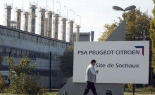 La tension était palpable jeudi sur le site historique de PSA Peugeot Citroën à Sochaux (Doubs), au lendemain de l'annonce de la suppression de milliers de postes en Europe, qui a plongé dans l'incompréhension les salariés de la marque au lion.