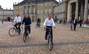 En visite d'Etat au Danemark, Emmanuel Macron prend l'air et en profite pour faire un tour de Copenhague à vélo aux côtés du premier ministre Lars Lokke Rasmussen.