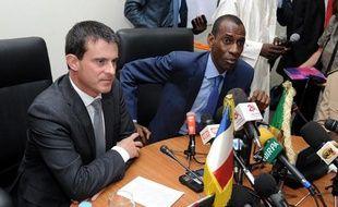 Les ministres français et sénagalais de l'Intérieur Manuel Valls et Abdoulaye Diallo, le 15 novembre 2013 à Dakar (Sénégal).
