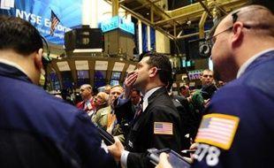La Bourse de New York a fini en nette hausse jeudi, portée à des sommets inédits depuis 2008 par l'annonce de nouvelles mesures de relance aux Etats-Unis et la chute du dollar qui en a suivi: le Dow Jones a gagné 1,93% et le Nasdaq 1,37%, selon des chiffres provisoires.