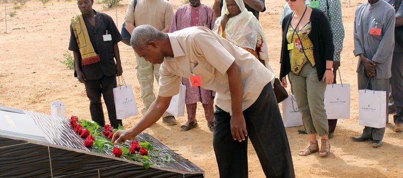 Une stèle en hommage aux victimes du crash du vol d'Air Algérie au Mali.