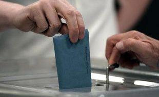 Un électeur dépose son bulletin dans l'urne pour le second tour des municipales, le 30 mars 2014 à Strasbourg