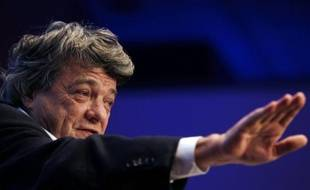 L'hypothèse d'une éviction du PDG de Veolia Environnement, Antoine Frérot, au profit de Jean-Louis Borloo, au terme d'une manoeuvre opérée par le patron d'EDF, Henri Proglio, proche de Nicolas Sarkozy, a déclenché lundi une vive polémique et enfoncé en Bourse le titre du groupe.