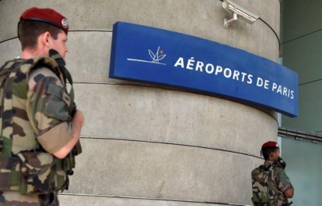 Photo d'archives du 20 juillet 2016 montrant des soldats du 8e RPIMA (8e regiment de parachutistes d'infanterie de marine), participant à l'opération Sentinelle, à l'aéroport Charles de Gaulle à Roissy-en-France.