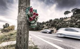 Bouquet de fleurs indiquant le lieu d'un accident de la route.