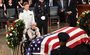 A 106 ans, Roberta McCain a été l'une des premières à s'installer face au cercueil de son fils vendredi au Capitole.