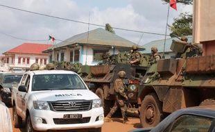 """Des soldats français de l'""""Opération Sangaris"""" et de la force africaine (MISCA) à Bangui, le 20 juin 2014"""