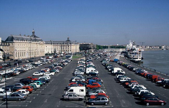 Dans les années 1960-1970, on comptait jusqu'à deux fois cinq voies de circulation et de grands parkings sur les quais de Bordeaux