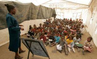 Ecole improvisée dans un camp de réfugiés à Naivasha, Kenya, le 20 juin 2008.