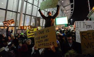 A l'éaroport JFK de New York, de grosses manifestations ont eu lieu ce week-end contre le décret pris par Donald Trump qui interdit l'entrée sur le territoire des ressortissants de sept pays.