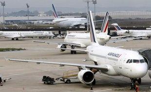"""Air France a reconnu jeudi que sa restructuration conduira à un """"sureffectif"""", dont elle dévoilera l'ampleur dans la deuxième quinzaine de juin après les derniers arbitrages sur son plan d'économies, mais la compagnie veut toujours éviter les """"départs contraints""""."""