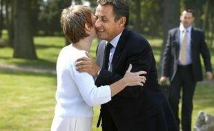 Nicolas Sarkozy fait la bise à la présidente du Medef Laurence Parisot