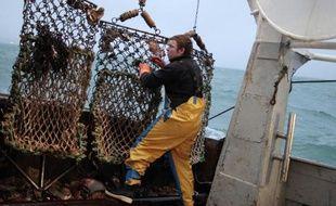 Un pêcheur sur un chalutier, le 18 décembre 2014 au large des côtes françaises