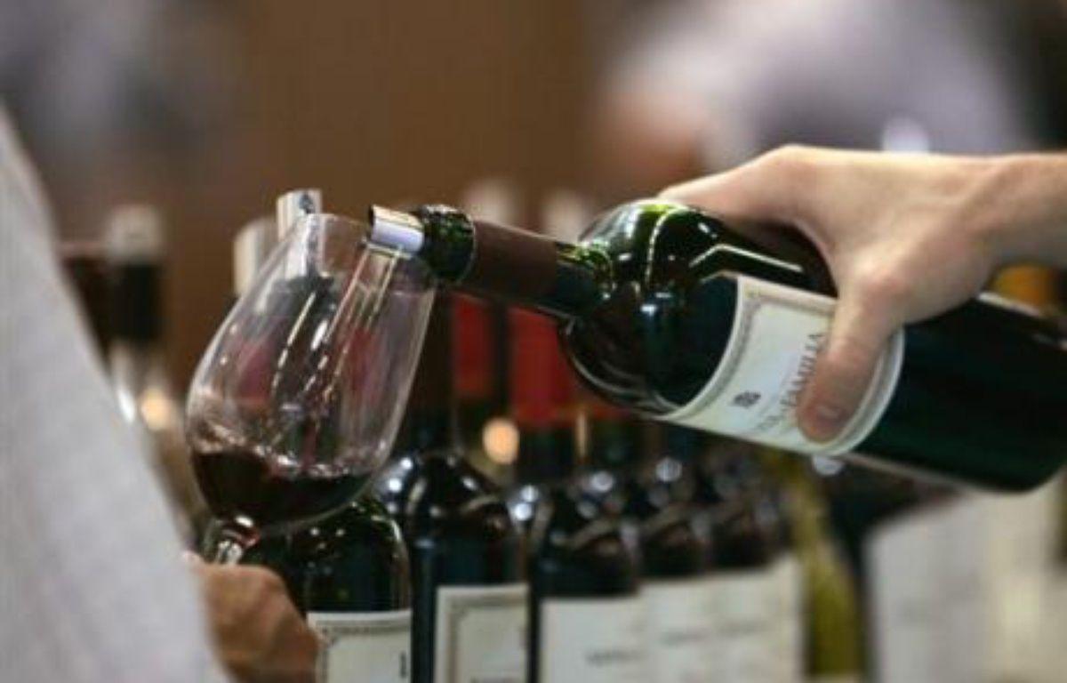 Avec ses champagnes, ses cognacs et ses bordeaux, la France va battre à nouveau en 2007, avec plus de 9 milliards d'euros, son record d'exportations de vins et spiritueux, un secteur qui permet de limiter le creusement de sa balance commerciale – Jean-Pierre Muller AFP/archives