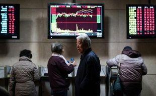 Des investisseurs chinois regardent des tableaux d'indices boursiers, le 18 janvier 2016 à Shanghaï