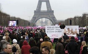 """Le collectif organisateur de la """"Manif pour tous"""" a dit mercredi qu'il ne rembourserait pas les 100.000 euros réclamés par la mairie de Paris au ministère de l'Intérieur pour la remise en état des pelouses du Champ-de-Mars, point de ralliement dimanche des opposants au mariage homosexuel."""