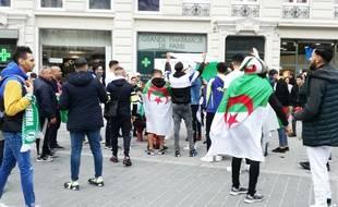 Des supporteurs algériens, dans les rues de Lille, à quelques heures du coup d'envoi d'Algérie-Colombie, au stade Pierre-Mauroy de Villeneuve d'Ascq.