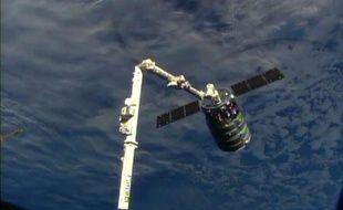 Image fournie par NASA-TV montrant la capsule non habitée Cygnus capturée par le bras robotique de la Station spatiale internationale (ISS) le 29 septembre 2013.