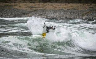 Micah Lester surfer professionnel australien évolue sur la plage d'Unstad dans l'archipel norvégien des Lofoten, le 19 avril 2015