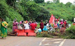 Un barrage routier près de Koungou, à Mayotte, le 9 mars 2018.