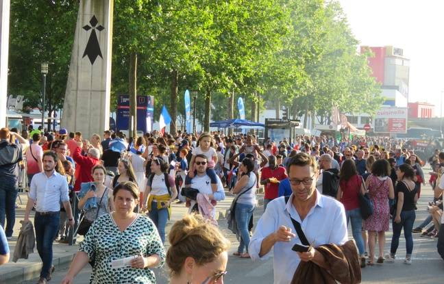 La foule devant le Roazhon Park, à Rennes, à une heure du coup d'envoi de France-Nigeria.