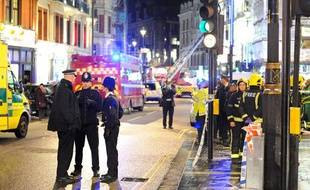 Les abords du théâtre Apollo, où une partie du toit s'est effondrée, à Londres (Grande-Bretagne), le 19 décembre 2013.