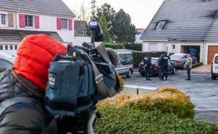 Des policiers le 1er janvier 2015 devant la maison où une fusillade est survenue pendant le réveillon de la Saint-Sylvestre, à Sainte-Catherine près d'Arras