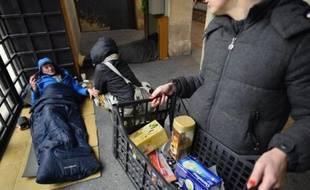Des membres d'une association à la rencontre d'une personne sans domicile fixe le 28 novembre 2013 à Paris