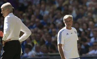 Tout l'amour que José Mourinho porte à Arsène Wenger résumé dans cette photo datant du 2 août 2015, lors du Community Shield entre Arsenal et Chelsea.