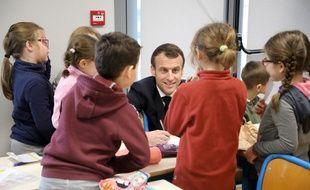 Emmanuel Macron lors d'une visite dans une classe de primaire à Saint-Sozy le 18 janvier 2019.