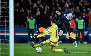 L'attaquant du PSG Edinson Cavani contre Chelsea, le 16 février 2016 au Parc des Princes.
