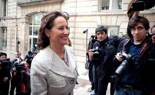 Ségolène Royal dans la cour du siège du Parti socialiste, rue de Solférino, à Paris (le 4 avril 2011)