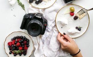 Illustration de plats avec des appareils photos, composition que l'on retrouve souvent sur les réseaux sociaux