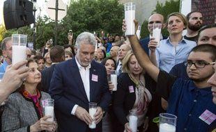 Le Premier ministre québécois Philippe Couillard pendant une veillée d'hommage aux victimes de la tuerie d'Orlando