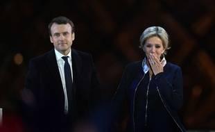 Emmanuel et Brigitte Macron célèbrent la victoire à la présidentielle au Carousel du Louvre le dimanche 7 mai.