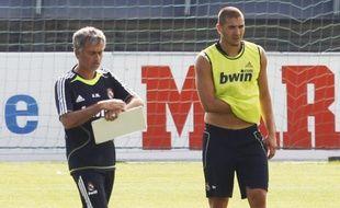 L'entraîneur du Real Madrid, José Mourinho, et l'attaquant de l'équipe de France, Karim Benzema, lors d'un entraînement du Real, le 21 juillet 2010.