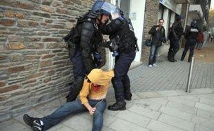 Des heurts ont éclaté entre une centaine de jeunes manifestants et les forces de l'ordre, jeudi à Saint-Nazaire (Loire-Atlantique) après la manifestation sur les retraites, et plusieurs personnes ont été interpellées, a constaté un correspondant de l'AFP.