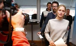 Therese Johaug arrive en conférence de presse le 13 octobre 2016.