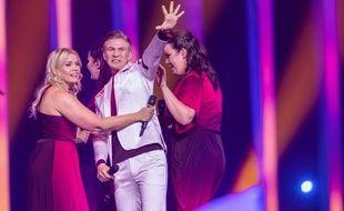 Le chanteur islandais Ari Olafsson entouré de ses choristes sur la scène de l'Eurovision 2018.