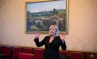 """Sur fond de crise à l'UMP, Marine Le Pen a présenté mardi à l'Assemblée nationale la charte du Rassemblement Bleu Marine (RBM), une structure qui vise à """"dépasser"""" le Front national et à accueillir ceux qui rechignent à rejoindre le parti d'extrême droite, comme le député Gilbert Collard."""