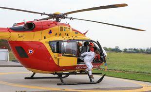 Un des blessés graves a été transporté par un hélicoptère des secours posé sur l'autoroute. Illustration