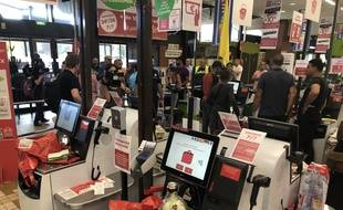 Les caisses automatiques de l'hypermarché Géant Casino de La Roseraie.