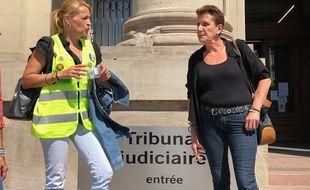 Marlène L. (à droite), la « gilet jaune » victime à la sortie du tribunal à Strasbourg.