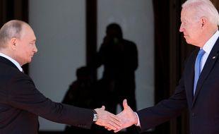 Première poignée de main entre Biden et Poutine.